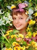 Fille avec le guindineau et la fleur. Photo stock