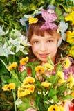 Fille avec le guindineau et la fleur sur l'herbe verte. Photos stock