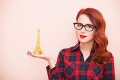 Fille avec le jouet de Tour Eiffel Images stock