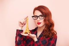 Fille avec le jouet de Tour Eiffel Photographie stock