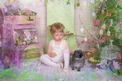 Fille avec le lapin images libres de droits