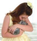 Fille avec le lapin Image stock
