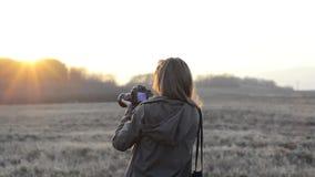 Fille avec le lever de soleil d'appareil-photo banque de vidéos
