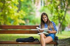 Fille avec le livre à l'université Photo libre de droits