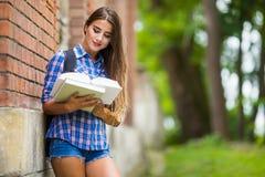 Fille avec le livre à l'université Image libre de droits