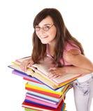 Fille avec le livre coloré par pile. Photo libre de droits