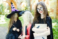 Fille avec le livre de Halloween Photos stock