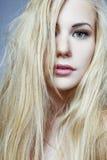 Fille avec le long cheveu blond. Photos stock