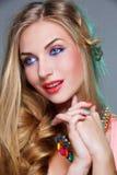 Fille avec le maquillage coloré lumineux image stock