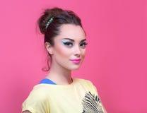 Fille avec le maquillage dans des vêtements lumineux, rétro style Photo libre de droits