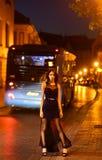 Fille avec le maquillage de charme La femme de luxe dans la robe de soirée à la ville de nuit vont au bal d'étudiants sur l'autob Photo libre de droits