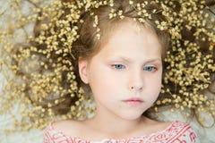 fille avec le maquillage doux et une guirlande des fleurs sèches Images stock