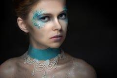 Fille avec le maquillage lumineux de mode photo stock
