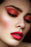 Fille avec le maquillage rouge lumineux images stock