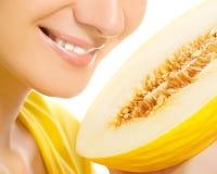 Fille avec le melon mûr Photos stock