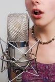 Fille avec le microphone de cru Photographie stock