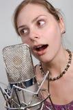 Fille avec le microphone de cru Images libres de droits