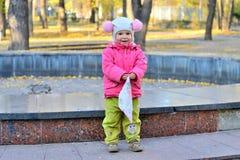 Fille avec le mouchoir en parc Images libres de droits