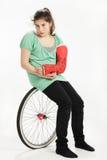 Fille avec le moulage de roue et de plâtre images libres de droits