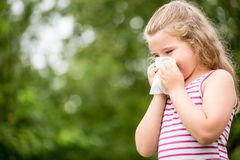 Fille avec le nez de nettoyage d'allergie image stock