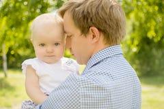 Fille avec le père photos stock