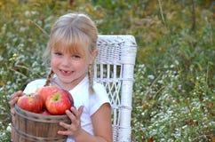 Fille avec le panier de pomme image stock