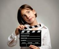 Fille avec le panneau de clapet de film Photographie stock