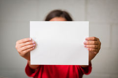 Fille avec le papier blanc Images libres de droits