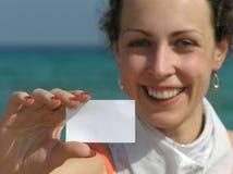 Fille avec le papier pour le texte sur la plage photographie stock