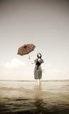 Fille avec le parapluie au lac image stock