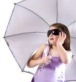 Fille avec le parapluie et les glaces Photographie stock libre de droits
