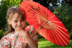 Fille avec le parapluie rouge image stock