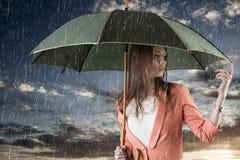 Fille avec le parapluie, sur le coucher du soleil photographie stock
