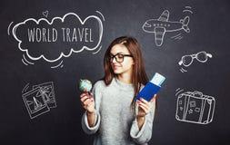 Fille avec le passeport et le billet d'avion Images libres de droits