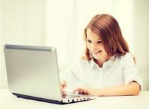 Fille avec le PC d'ordinateur portable à l'école Images stock