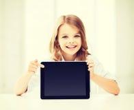 Fille avec le PC de comprimé à l'école Photo stock