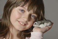 Fille avec le petit hamster Photos libres de droits