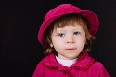 Fille avec le portrait rose de chapeau image stock