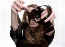 Fille avec le rouleau de film photos stock