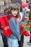 Fille avec le sac à dos et les fleurs Photos stock