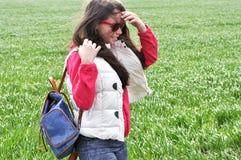 Fille avec le sac à dos marchant dans le domaine Images libres de droits