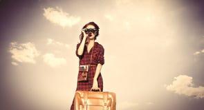 Fille avec le sac et binoculaire Photographie stock
