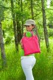 Fille avec le sac rose photographie stock libre de droits