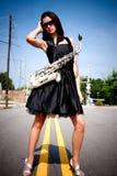 Fille avec le saxo dans la rue Images libres de droits