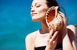 Fille avec le seashell Image libre de droits