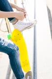 Fille avec le shortboard de planche à roulettes de penny Images stock