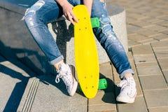Fille avec le shortboard de planche à roulettes de penny Photos stock