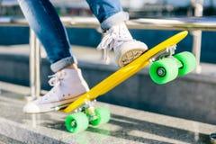 Fille avec le shortboard de planche à roulettes de penny Image stock