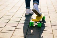 Fille avec le shortboard de planche à roulettes de penny Images libres de droits