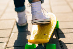 Fille avec le shortboard de planche à roulettes de penny Photo libre de droits